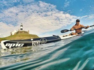 bruno machado remando de surfski na praia do farol da barra em salvador (BA)