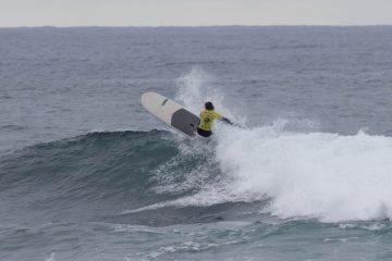 James Casey surfando de SUP Longboard durante o campeonato australiano