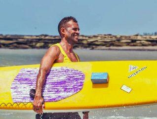 renato peniche com sua prancha de paddleboard
