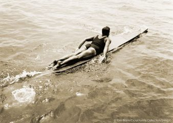 Tom Blake remando de paddleboard