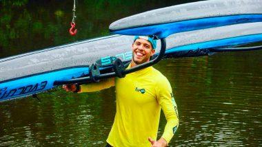 Murilo Pinheiro carregando uma canoa oc1