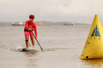 Paloma Sapucaia competindo de SUP race