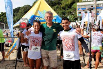 """Mauricio Boabaid entre Jessika """"Moah"""" e Gui Cunha, vencedores da prova Técnica de SUP em 2019"""