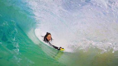 Korie Andrew entubando de bodysurf, handsurf