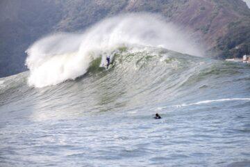 Fabio Eller Russo mostra a força do bodysurf dropando onda grande