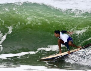 Leo Gimenes entubando de SUP Wave