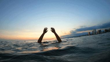 Mulher se afogando no mar