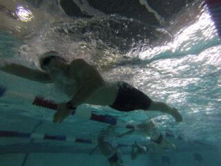 Treinamento de natação na piscina