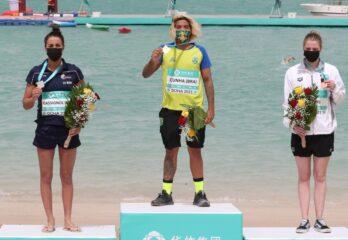 Ana Marcela Cunha no pódio do campeonato maratona aquática