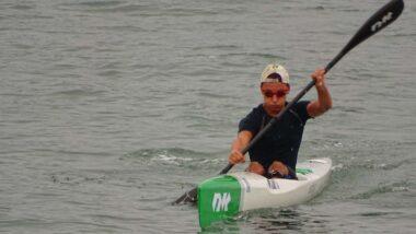 Carlos Díaz remando de surfski